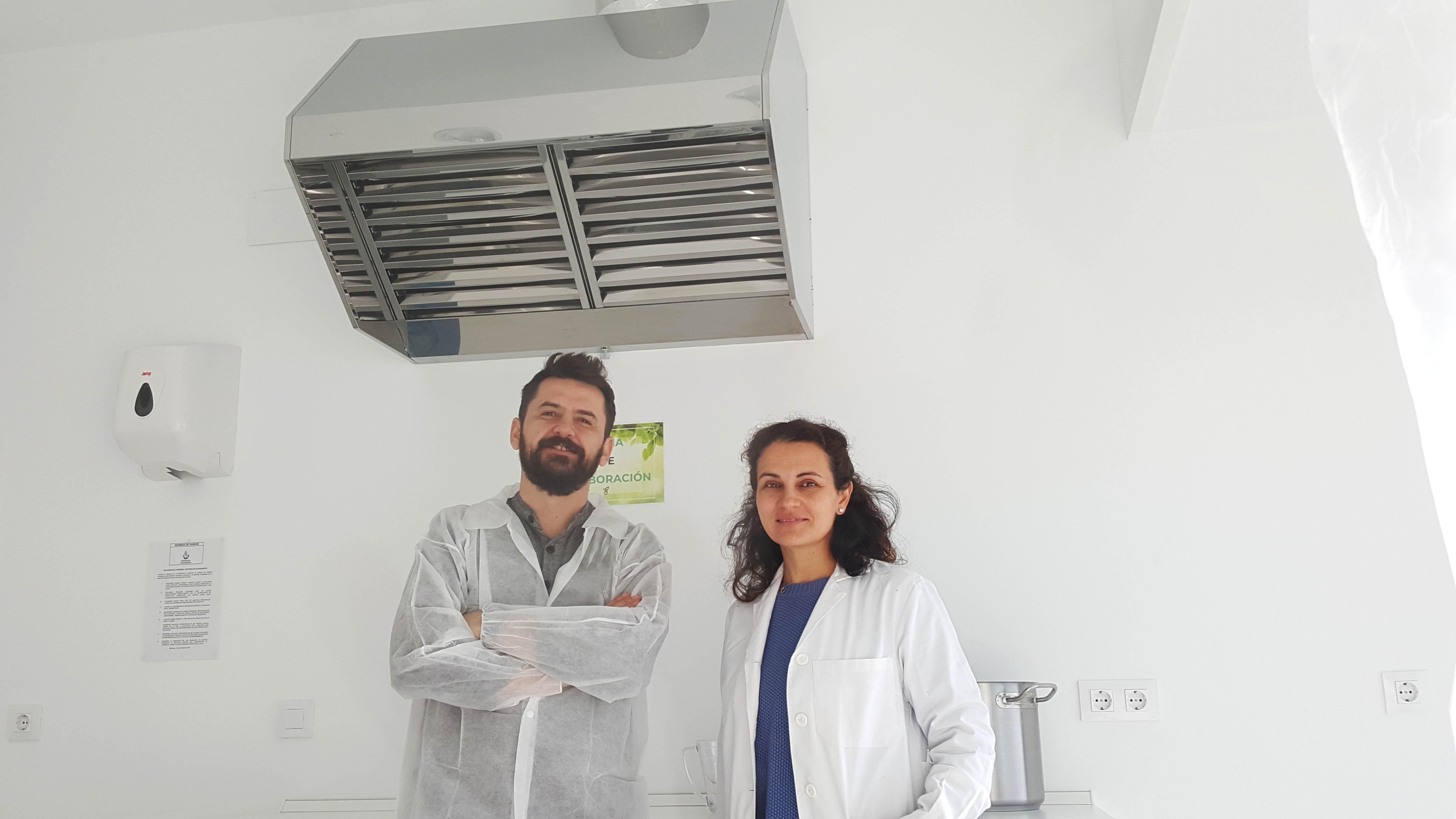 María y Óscar, farmacéuticos. Equipo de Fabricación a Terceros. Aventuracosmetica